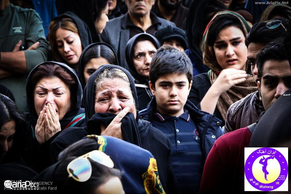 عکسهای تجمع مردم و هنرمندان مقابل بیمارستان مرتضی پاشایی